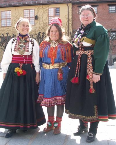 Magasinet Bunad : Enda en flott Bunad-dag på Norsk Folkemuseum i 2006  Kvinne fra Kautokeino flankert av to øst-telemarkinger...