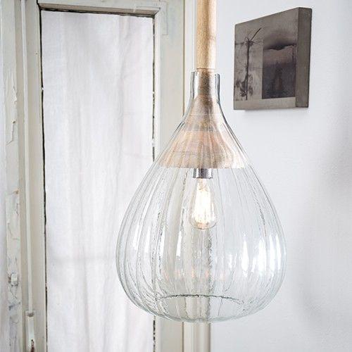 Bij Dutchbone's hanglamp Drop Glass lieten we een mooie hand geblazen glazen kap 'vallen' over een prachtig stuk gedraaid Mango hout.  Materiaal: geribbeld glas, mango houd lamp houder Snoer: zwart-wit Lichtbron: E27, normale lamp max. 40 watt. spaarlamp 15 watt.