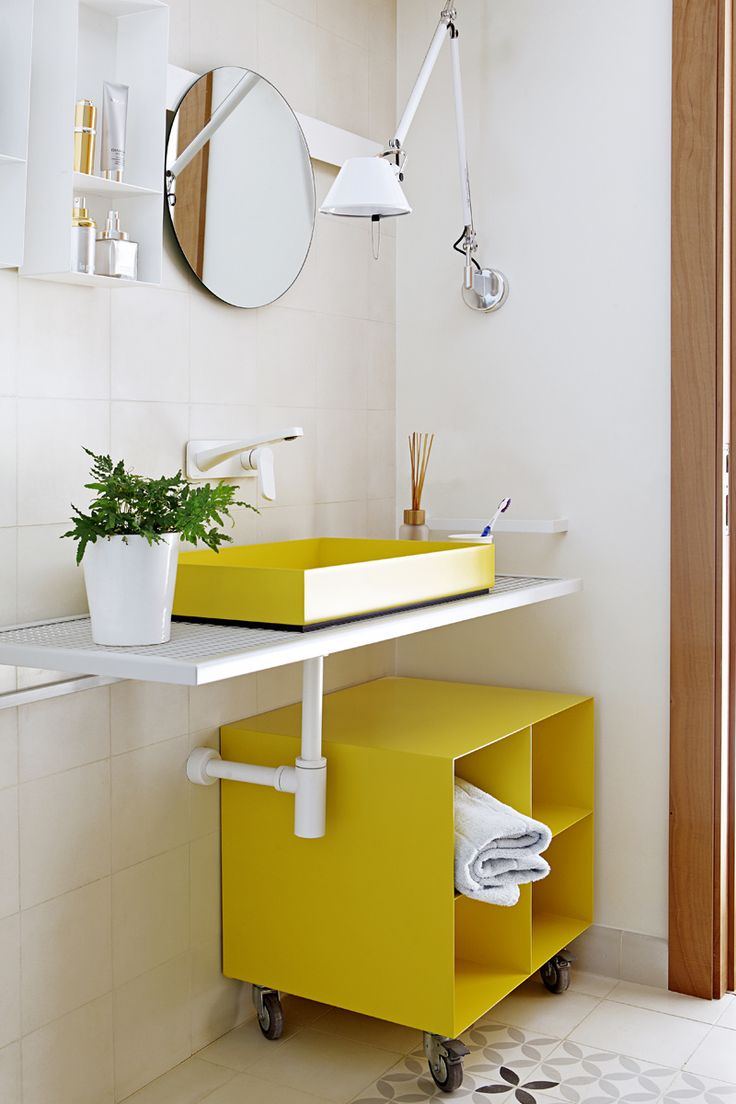Amarillo - AD España, © Asier Rua Encimera de lavabo, lavabo, cajón con ruedas y espejo de la firma Moab80. Grifería Levante de Fantini. Lámpara Tolomeo de Artemide. Pavimento y revestimiento hidraúlico de Enticdesigns. Foto Asier Rua