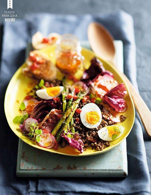 Na salada morna de inverno com vinagrete de tomates, a gema dos ovos não fica totalmente cozida. Lentilha e aspargos fazem da receita um prato completo (Foto: StockFood / Gallo Images Pty Ltd.)