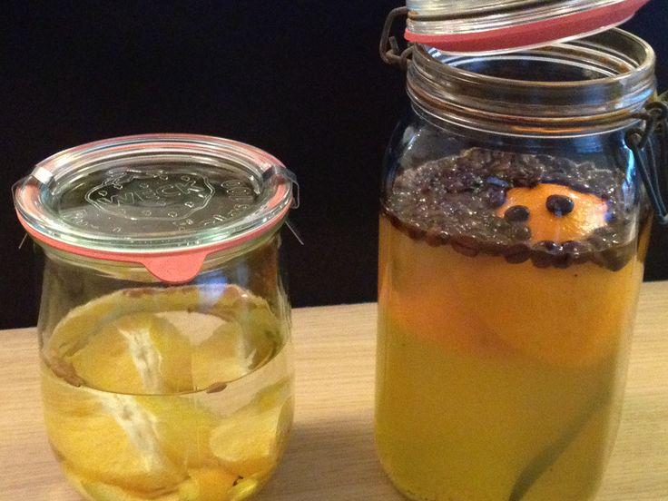 zelf cointreau maken Cointreau  recept 1: 0,5 l inmaakalcohol, 1 biologische sinaasappel, 1 opengesneden vanillestokje, 4 kruidnagels, 45 koffiebonen samen in pot doen.  verwarm 250 ml water met 250 ml honing tot deze is opgelost.  laat afkoelen en voeg toe aan het alcoholmengsel.   Nu moet dit wel een 4-tal weken op een donkere, koele plaats rusten alvorens we kunnen proeven.