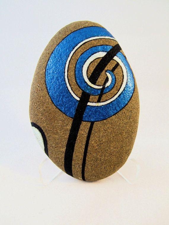 Arte 3D único pintado roca con 2 diferentes diseños abstractos, uno a cada lado de la piedra. Este arte único del coleccionable es firmada y