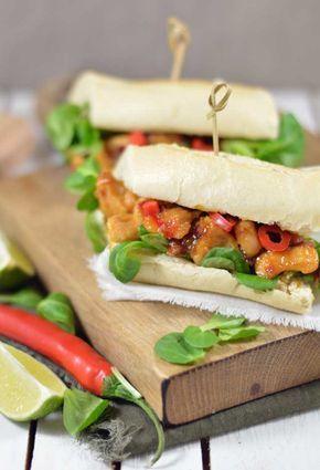 Broodje sticky spicy chicken met mango een heerlijk broodje voor een uitgebreide lunch of een makkelijk diner. Binnen 30 minuten op tafel!