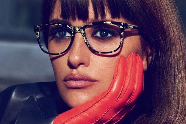 Hace años llevar gafas era todo un suplicio, ahora se llevan incluso aunque no se necesiten ¿Por qué? Cada vez hay diseños más chic para vestir tu mirada. Gafas grandes, de pasta, de colores, negras, con brillantes, con lazos, con flores, estilo vintage, retro, wayfarer, modernas,… Se llevan todos los tipos de gafas graduadas, eso [...]
