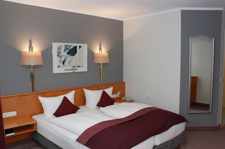 Zur Ausstattung unserer Zimmer und Komfortzimmer gehören: Fön und Kosmetikspiegel, Weckanlage, Flat Screen-TV und Internet - Terminal