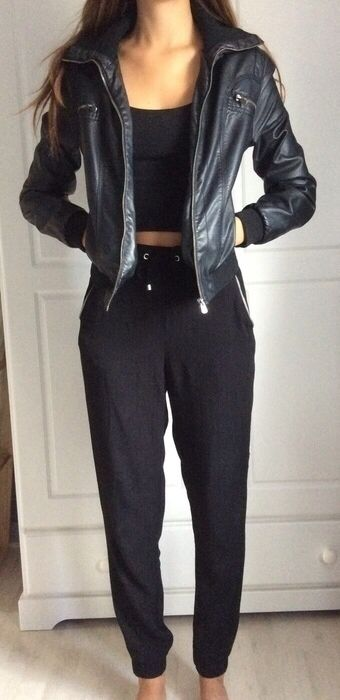 Veste en similicuir noire Pimkie ! Taille 34 / 6 / XS  à seulement 10.99 €. Par ici : http://www.vinted.fr/mode-femmes/autres-manteaux-and-vestes/24930465-veste-en-similicuir-noire.