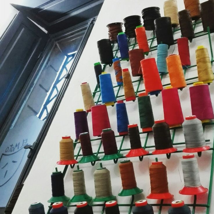 In el Mato's workshop there are many colors..and many threads!! :-)