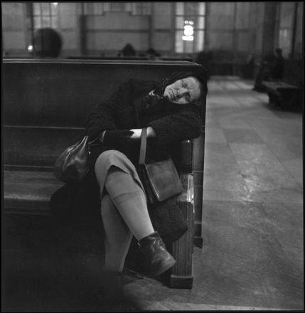 MILANO Stazione Centrale, 1953-54 - foto di Ugo Mulas   #TuscanyAgriturismoGiratola