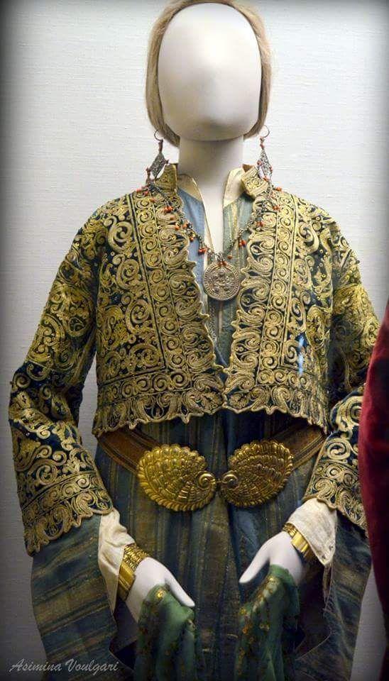 Γυναικεία φορεσιά από την Σαμψούντα (Αμισό) του Πόντου (λεπτομέρεια). Φωτογραφία: Ασημίνα. Βούλγαρη.