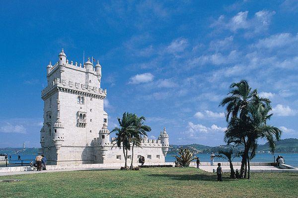COSA NON PUOI PERDERTI A LISBONA 1.Fare una corsa con il famoso tram 28 2.Vedere Lisbona dall'alto dell'ascensore di Santa Justa 3.Gli eleganti palazzi e le strade a scacchiera de La Baixa 4.Le decorazioni elaborate della Torre di Belem 5.La delizia dei Pasteis de nata http://www.jonas.it/vacanza_lisbona_1218.html