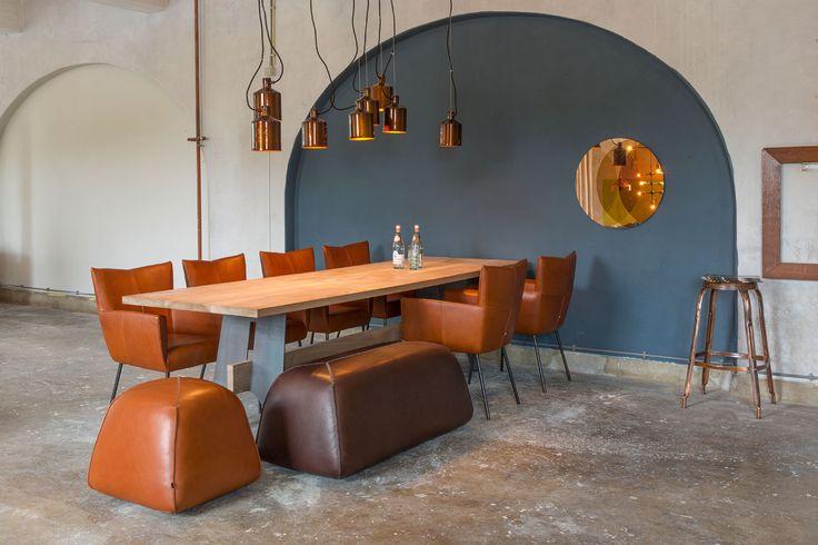 Heerlijk lang natafelen aan deze geweldige eetkamerset! De Design on Stock Moka eetkamerstoelen combineren prachtig met de Design on Stock BimBom pouf. #wooninspiratie #interiordesign