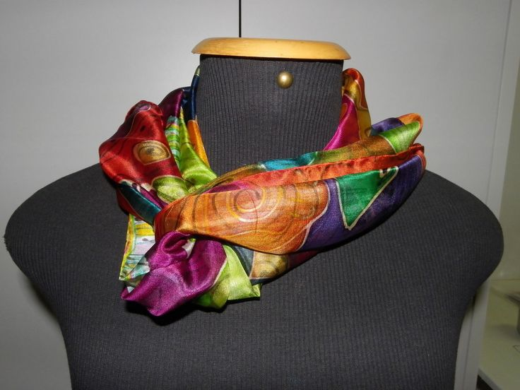 Linda echarpe de seda pongé 5, pintada à mão, com a técnica artsy, que mistura vários motivos coloridos por toda a seda. <br> Ideal para compor um visual arrojado e contemporâneo. Pode ser usada de várias formas.