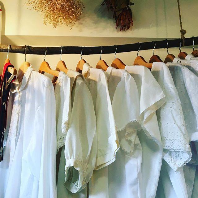 【choosy.choosy】さんのInstagramをピンしています。 《先程紹介の白のコットンブラウスコーナー。  #choosy #ものがたりを着る #静岡 #古着 #レディース古着 #古着屋 #セレクトショップ #作家 #アクセサリー #絵本 #森 #vintage #antique #usedclothing #used #jpn #Shizuoka》
