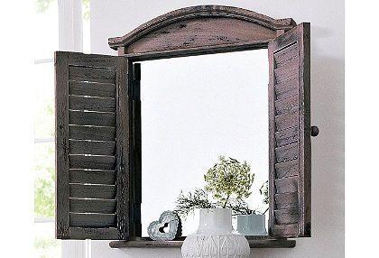 Zeer romantische spiegel met een donkere lijst en houten luiken.