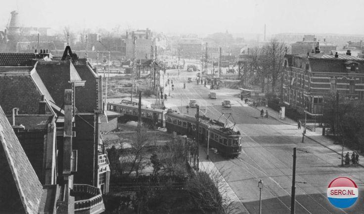 Rijnsburgerweg Leiden vijftiger jaren, op de achtergrond de spoorwegovergang.