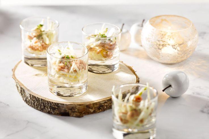 Gerookte forel is echt een perfecte match met knolselder en appel in deze cocktail, gepresenteerd in mooie verrines. Een perfect feestelijk hapje!
