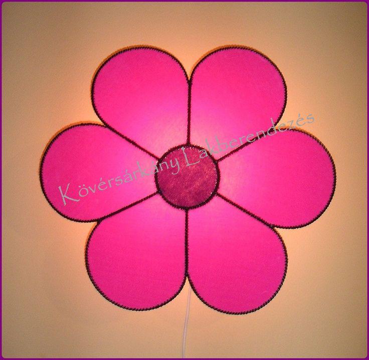 PLÜSS VIRÁG A virágok általában az életerőt, életörömöt, a tél végét jelképezik. Ez a rózsaszín/lila virág a kedvességet és lágyságot varázsolja köréd. Visszaadja az elveszített erődet. Segít, hogy jobban szeresd és elfogadd magad. A törődés simogató energiájával ajándékoz meg. Méretei: 51,5 cm átmérő Ára ufólámpatesttel: 10.000 Ft