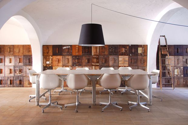Il grande tavolo da lavoro e le poltroncine da ufficio, tutti originali Robin Day degli anni 60 risolvono la zona pranzo con un tocco vintage