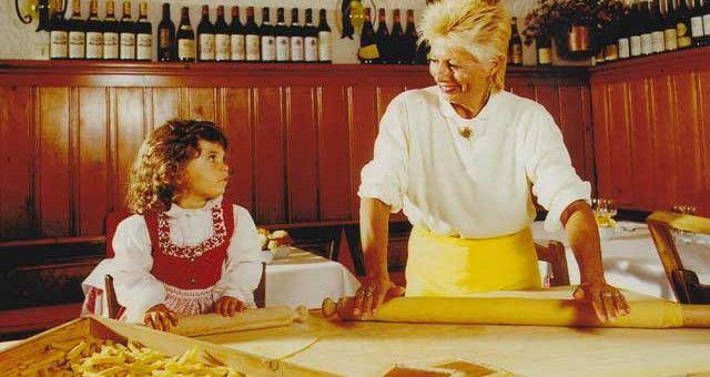 Carolina Bianconi e la nonna a fare la sfoglia. #DoveVuoiCatering. #Cortina #handmadepasta