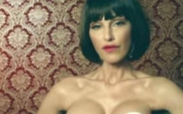 """Anna Tatangelo canta """"Inafferabile"""" e il web insorge: ecco perchè... Anna…"""