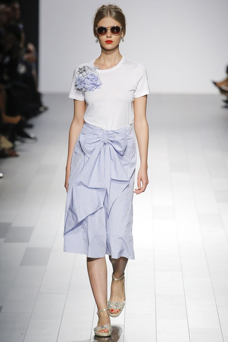 See the complete Badgley Mischka Spring 2018 Ready-to-Wear collection.