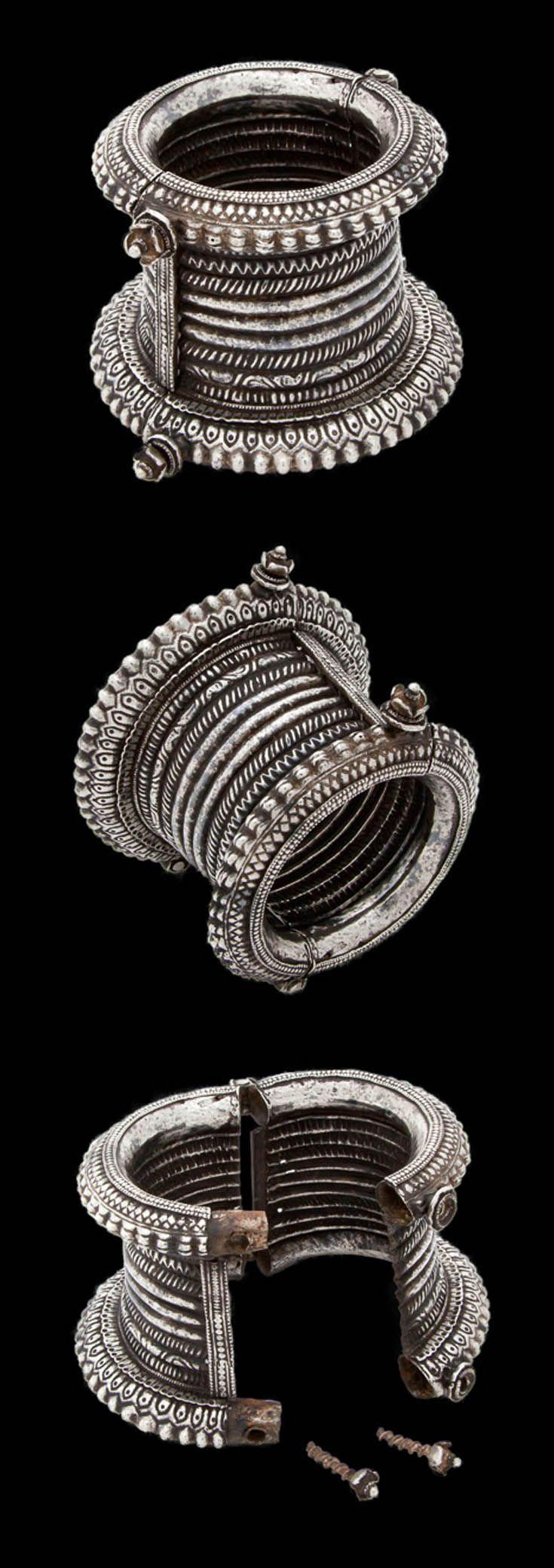 India - Orissa | Silver hinge bracelet.  ca. early 20th century.  | 650£