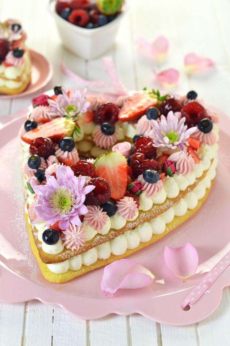 Anche i dolci seguono la moda. Ebbene sì. C'è stato, ad esempio, il periodo delle maestose torte ricoperte da tonnellate di pasta d...
