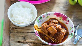 Pork curry (wet that sipyan) recipe : SBS Food
