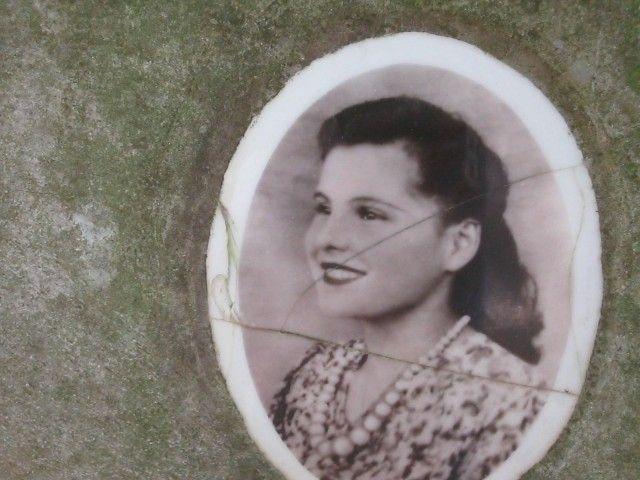 Elvira Orlandini è stata brutalmente uccisa nel 1947, nel suo piccolo paesino toscano, ma il suo assassino non è mai stato scoperto.