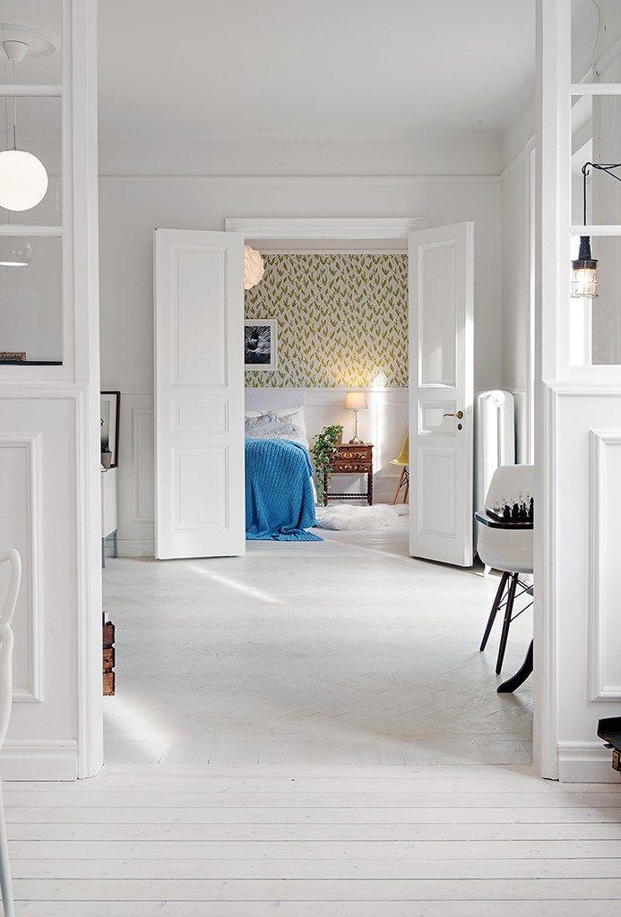 """Este martes os traigo un ático sueco de esos de efecto """"wow"""". Decenas de detalles decorativos y texturas invaden cada rincón. Suelos de madera teñidos de blanco, revestimientos de mader…"""