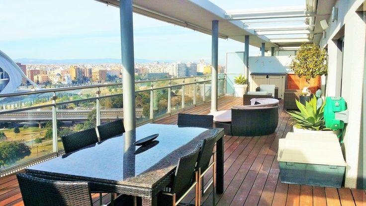 Impresionante ático de lujo en Valencia, frente a la Ciudad de las Artes y las Ciencias. Te sentirás en la cima de la ciudad mientras disfrutas de unas vistas espectaculares.