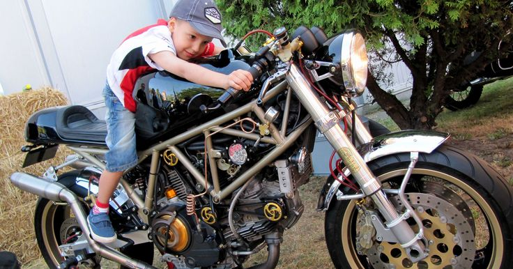 Little Johny's Pasionns: Bikes, Pin-up Girls and Burnin Rubber | Caferacer Manufacture