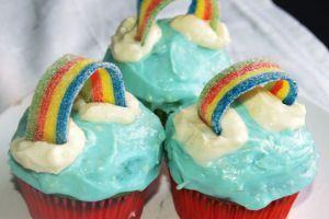 rainbow-cupcakes-med-vit-choklad-frosting