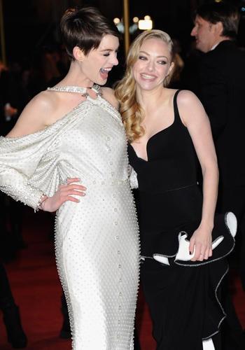 Tu e la tua amica siete una bionda e una mora? Copiate il look complementare di Anne Hathaway e Amanda Seyfriend! La bionda in nero e la mora rigorosamente in bianco per esaltare i vostri colori naturali.