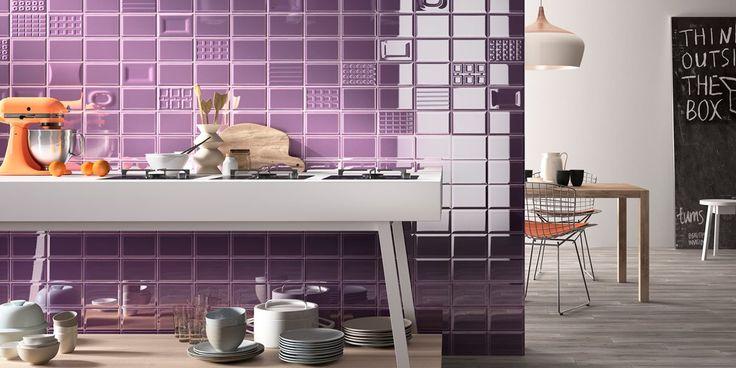Violetti seinä yllättää. Oranssit yksityiskohdat toimivat sille pirteänä tehosteena. Seinälaatat: LPC Cento per cento, väri VA │ Laattapiste