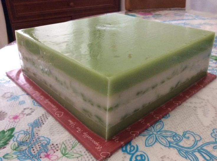 ~~~ 朋友新屋入伙,就做了两个燕菜蛋糕送给她。。。。(1)    祝她生活愉快,身体健康,事事顺利! Huat ahhhh ! ~~~   ~~~  青色层是用磨烂的晶露制做,有浓浓的香兰味 ~~~ ~...