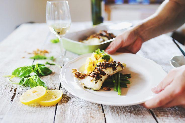 В этом рецепте от ресторана China Club собраны не просто вкусные, а невероятно полезные ингредиенты. В палтусе много калия, фосфора и Омега-3. В зеленой стручковой фасоли – витамины А, С и группы В. Спаржа – один из самых низкокалорийных продуктов, который при этом богат клетчаткой и полезными веществами. В ростках сои много растительного белка, железа и кальция. В общем, получается не просто обед или ужин, а суперблюдо для здоровья, красоты и стройной фигуры. И готовится просто.