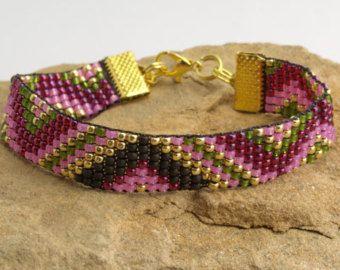 Bracelet en perles sur métier à tisser. par Lovely0Bracelet sur Etsy