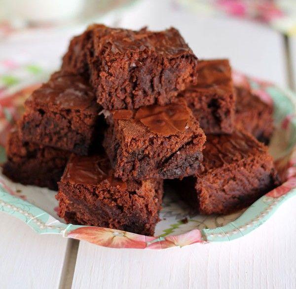 Μια πανεύκολη και γρήγορη συνταγή για ένα πεντανόστιμο Κέϊκ Νουτέλας -brownie με 4 μόνο υλικά. Απολαύστε το με το καφεδάκι σας και απογειώστε τη γεύση σας. Υλικά συνταγής 720 γρ. Νουτέλα 130 γρ. αλεύρι για όλες τις χρήσεις 4
