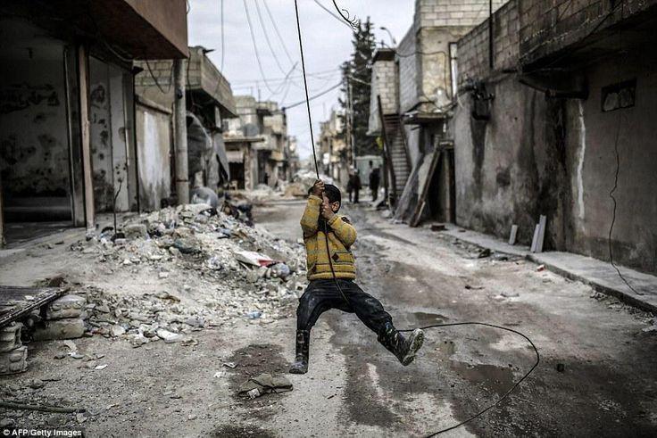 أكاد أسمع ضحكاتك وأنت تلهو رغم التشرد والألم عندما يمنحنا الطفل .. قوة وأمل سوريا لن تنهزم ولن تنظر خلفها