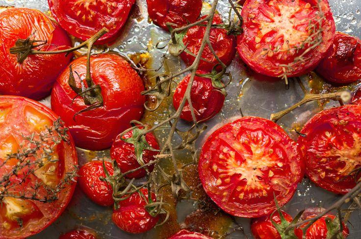 Deze geroosterde tomaten komen heerlijk zoet de oven uit. Schik ze in een groot bakblik met knoflook en tijm ertussen. Liefst tig verschillende soorten.