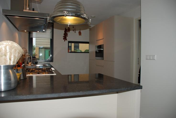 Champagne kleurige greeploze keuken in L-opstelling met zitgedeelte — in Dordrecht, Zuid-Holland.