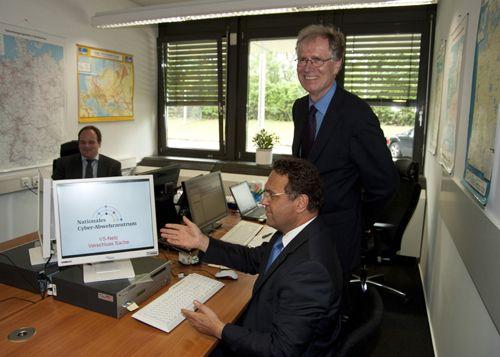 """Bundesinnenminister Hans-Peter Friedrich präsentiert: """"Das Internet"""", hier in der Rolle des """"Nationalen Cyber-Abwehrzentrum"""" ..."""