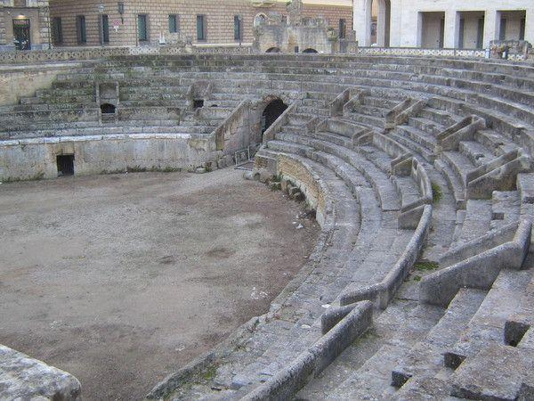 Anfiteatro Romano:iniziato in età augustea (I secolo d.C.) e completato al tempo dell'imperatore Adriano (II secolo d.C.), questo monumentale esempio di architettura romana poteva ospitare circa 20.000 spettatori.