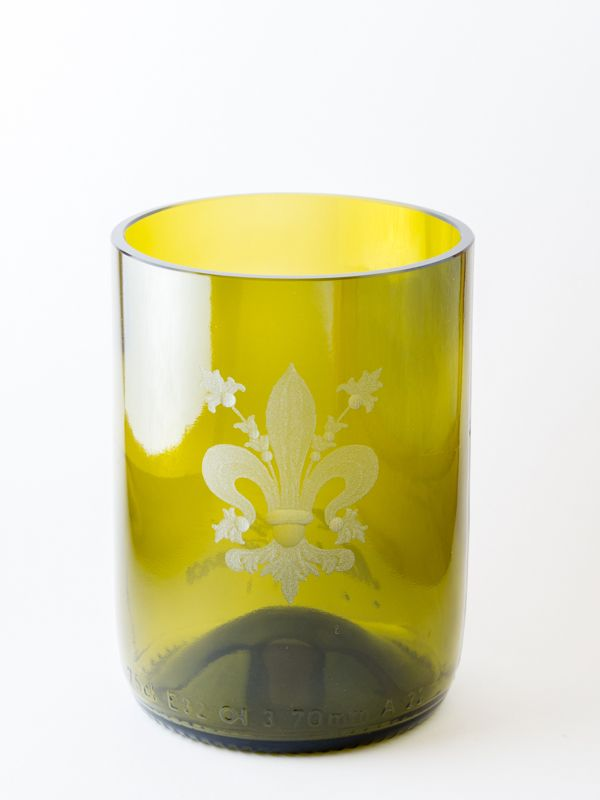 Bicchiere con giglio fiorentino Questi bicchieri sono realizzati da artigiani fiorentini . Stimolati dal senso estetico del passato, restaurano e inventano oggetti di vetro e cristallo molati e incisi a mano, emblemi di raffinatezza ed espressività. Le loro forme, studiate nei minimi dettagli, sono soffiate a bocca da tradizionali soffiatori toscani con cui collaborano. Materiale: vetro. Dimensioni: H 10 cm Ø  7 cm www.musefirenze.it
