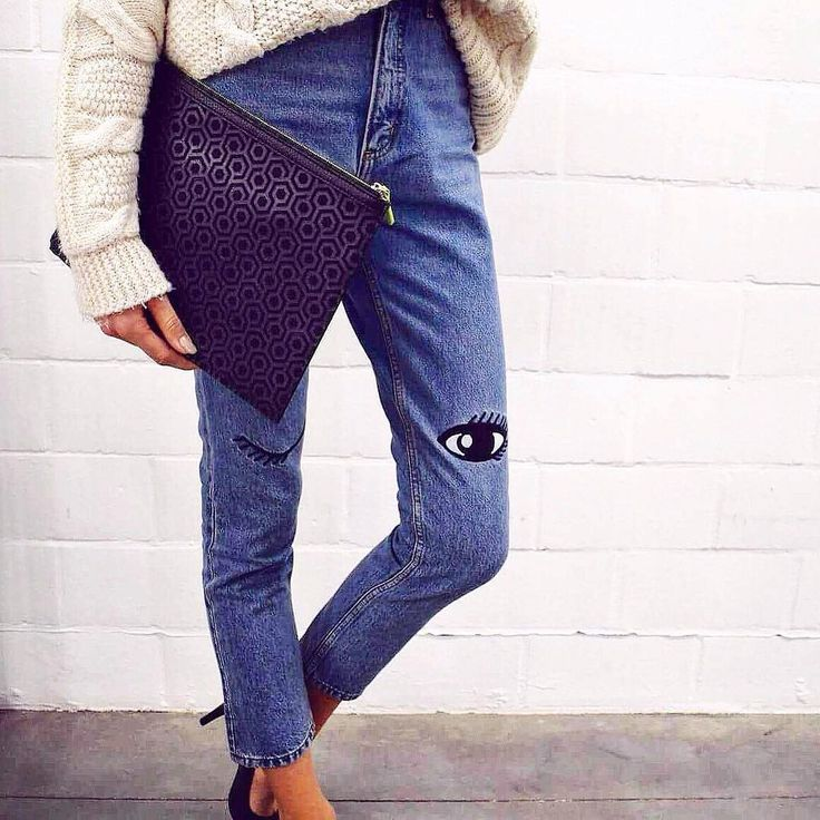 A quick clutch to match a casual outfit for a simple outing. No need to get fancy with such a simple design. A city look, beach look, or even going to work can be the perfect clutch for you.