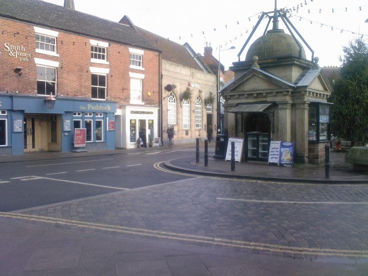 Uttoxeter - miasto w Wielkiej Brytanii, w Anglii w hrabstwie Staffordshire, na jego wschodzie nad rzeką Dove. W pobliżu znajdują się Stoke-on-Trent, Lichfield i Derby. W r. 2001 populacja miasta wynosiła 12 000 mieszkańców. Historia osadnictwa w tym miejscu sięga epoki żelaza, możliwe jest również osadnioctwo rzymskich kolonizatorów, głównie ze względu na znaczenie rzeki Dove. W Domesday Book pojawia się pod nazwą Wotocheshede i od tego czasu nazwa miasta miała 79 różnych pisowni. W...