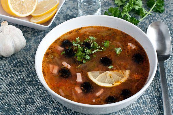 Этот рецепт солянки довольно распространенный, потому что солянка получается очень вкусной и многими любима. Для мясной солянки характерно присутствие трех и более мясных компонентов (мясо, их которого варится бульон, а также несколько видов копченостей) и соленых ингредиентов (огурцы, каперсы, маслины). Классический рецепт солянки с пошаговыми фото и подробным описанием каждого этапа приготовления.