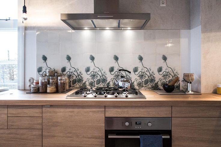 Küche mit originalen alten Fliesen an der Wand, Gasherd und Holzfronten an den Küchenschränken. Die ganze Story auf roomido.com #roomido #WELLE8