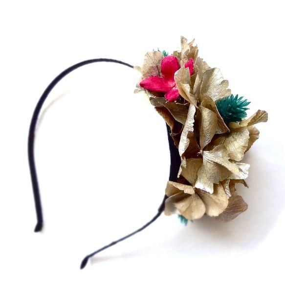 プリザーブドフラワーのゴールドのアジサイとビビッドなピンク、ターコイズブルーのドライフラワーをアレンジしたモダンで華やかな色合いのへアカチューシャ*本物の花だ... ハンドメイド、手作り、手仕事品の通販・販売・購入ならCreema。